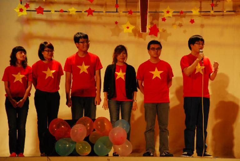 Áo phông cờ Việt Nam   là sản phẩm của lòng yêu quê hương núi sông