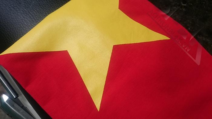 Hình in lụa áo cờ Việt Nam